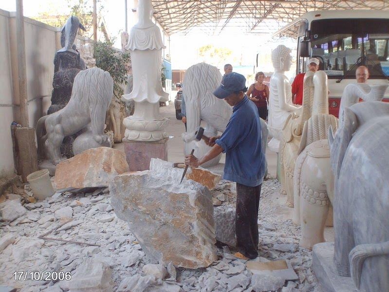 A worshop in Non Nuoc stone carving village