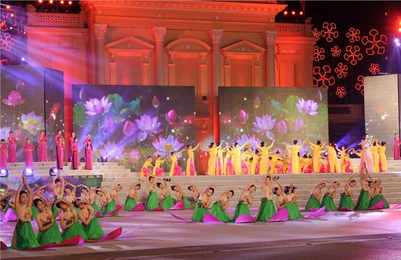 Art performance at the Red Flamboyant Festival in Haiphong