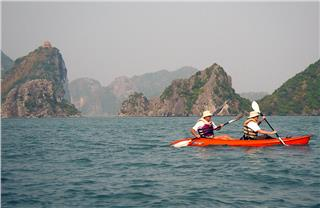 Kayaking in Halong Bay discovers interesting landscapes