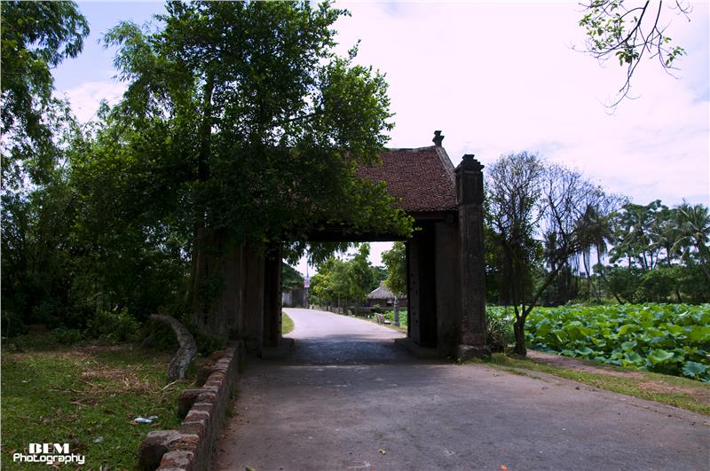 Gate to Duong Lam village