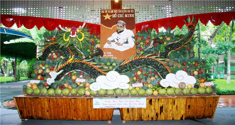 A work made from fruits in Southern Fruit Festival