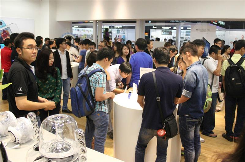 A Crowded Apple Store in Vietnam