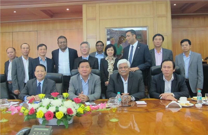 Mr. Dinh La Thang in a meeting with IL&FS leaders
