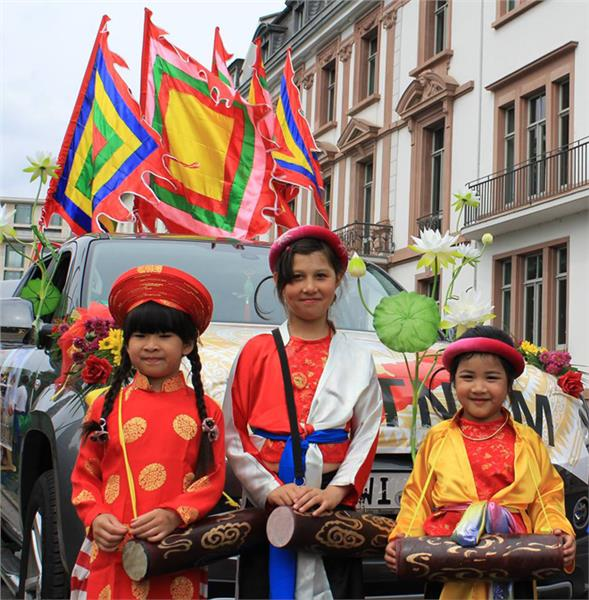 Vietnamese children in traditional costumes